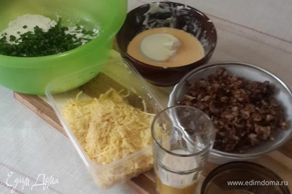 Картофель почистить и натереть на крупной терке. Отжать лишний сок. Измельчить зеленый лук. Отделить желтки от белков и смешать (взбить венчиком) желтки (!) со сметаной.