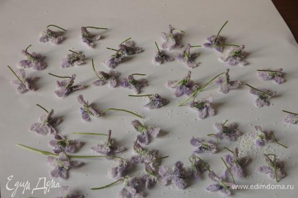 Посыпаем сверху сахаром и выкладываем на бумагу. В рецептах рекомендуют посыпать цветок сахаром сверху на бумаге, я так попробовала — сахар рассыпается, на маленькие цветки не попадает. Сахар на наружную сторону лепестков насыпала в плошке с сахаром с помощью маленькой кисточки. Вынимая цветок из сахара, чуть стряхивала лишний (аккуратно, чтобы лепестки не слиплись).