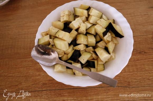 Подготовим все необходимые ингредиенты для пенне с баклажанами и фетой. Нарезать баклажан кубиками, посыпать солью и оставить на несколько минут, чтобы ушла горечь.