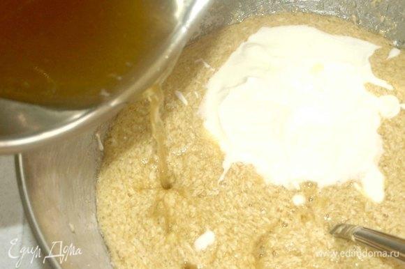 Мед слегка прогреть и соединить с соком лимона. Добавить лимонно-медовую смесь к масляно-яичной и тщательно перемешать. Соединяем жидкую и сухую смеси. Тщательно перемешиваем.