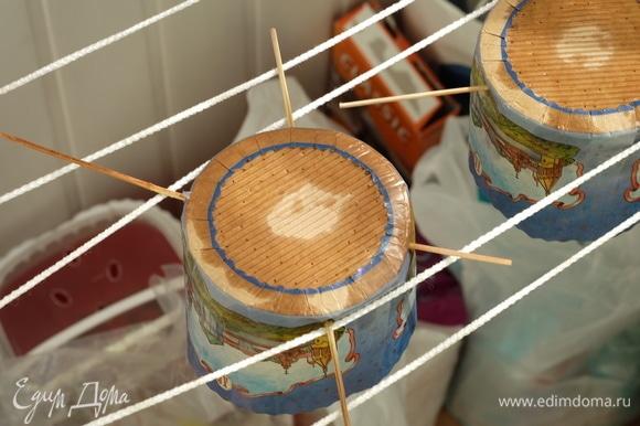 Выпекать куличи в течение примерно 30–40 минут до 96°C внутри кулича. Готовые куличи вынуть из духовки и сразу же подвесить за шпажки вниз головой. Полностью остудить в таком положении.
