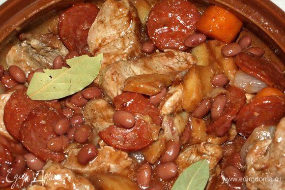 Достать готовое мясо из духовки. Даем блюду постоять 10 минут, и можно подавать к столу.