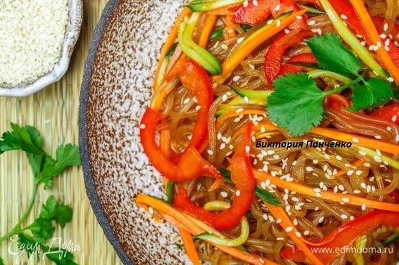 Соединить ингредиенты для заправки и слегка взбить до состояния эмульсии. Овощи перемешать, заправить соусом, добавить кунжут и кинзу. Охладить в холодильнике не менее 3 часов. Соединить овощи и фунчозу, подать к столу.