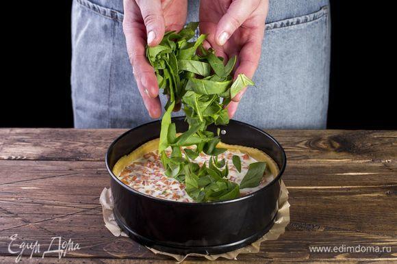 Выложите готовую начинку на тесто. Поверх начинки выложите шпинат.