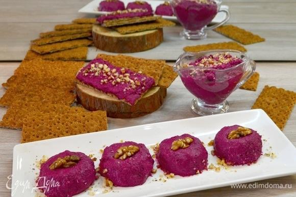 Выложить на тарелку или креманку, украсив орешками.
