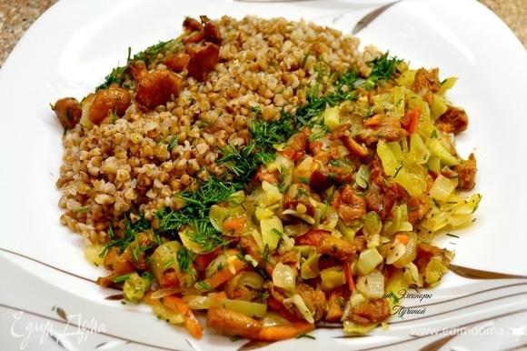 На другую сторону тарелки положите лисички с овощами и проложите по центру зеленую тропинку из измельченного укропа.