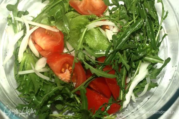 Руколу и фриллис промыть, дать стечь воде. Выкладываем салат в миску. Добавляем нарезанный дольками помидор, тонко нарезанный перьями лук.