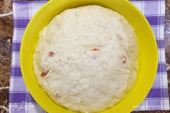 Пока готовили начинку, тесто хорошо поднялось и увеличилось в размере. Обминаем тесто.
