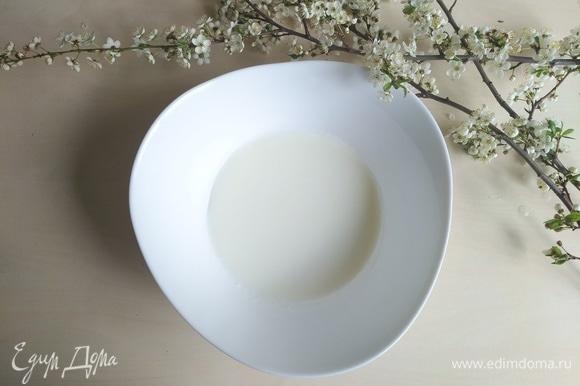 Наливаем слегка подогретый кефир в большую тарелку.