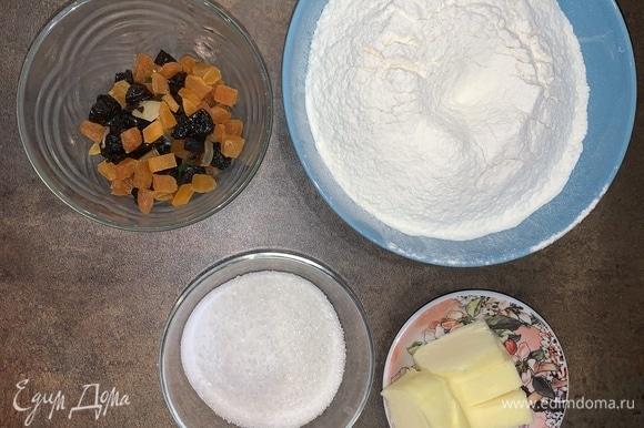 Подготовьте ингредиенты, достаньте масло и яйца из холодильника (на фото ингредиенты для основного теста).