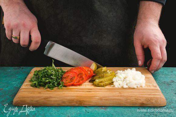 Нарежьте помидоры, лук, петрушку, огурцы.