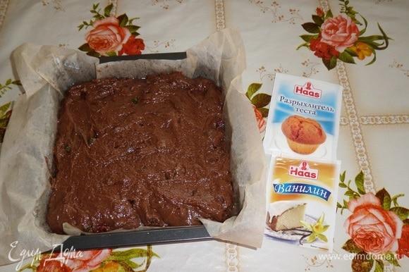 Противень застилаем пергаментом. У меня форма размером 21х21 см. Выкладываем приготовленное шоколадное тесто с цукатами. Равномерно распределяем. Помещаем форму в разогретую духовку.