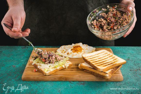 На хлеб выложите лист салата, яйца, сверху — начинку из тунца.