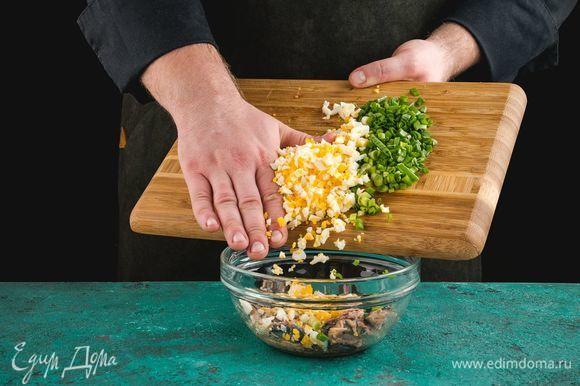 Добавьте к сайре нарезанные отварные яйца и зеленый лук.
