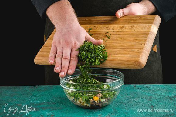 Добавьте мелко нарезанную зелень.
