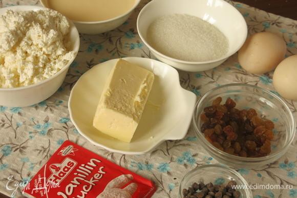 Подготовим продукты: творог, сливки домашние, изюм, сахар ванильный Haas, яйца, сахар, шоколадные кали. Вместо капель можно положить натертый шоколад.