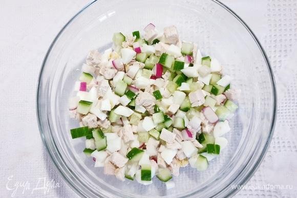 Смешиваем все нарезанные ингредиенты. Соль, перец и кефир добавьте непосредственно в тарелку перед подачей.