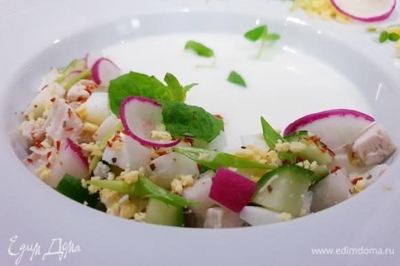 Осталось красиво подать окрошку. Выкладываем овощи и куриное филе с одного края, украшаем зеленью и зеленым луком.