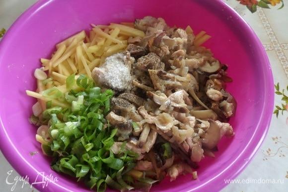 В чаше готовим начинку, перемешивая картофель, обжаренное мясо, грибы и лук. Добавляем соль и нарезанный зеленый лук.