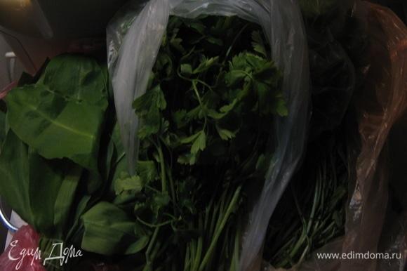 Зелень крошим крупно и добавляем в салат. Руколу лучше брать острую — она придаст пикантности салату.