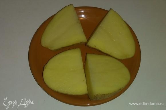 Разрезаем картошку пополам и потом еще раз пополам (так удобнее резать ее дальше).