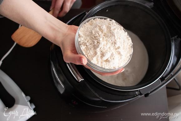 Первым делом закроем форточку и включим духовку на 130°C. Пусть, пока мы готовим, греется сама и греет кухню. Готовим опару: 250 мл молока вскипятить, высыпать 250 г муки и сделать заварку.