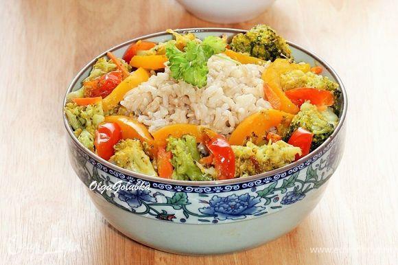 Выкладываем рис в подогретое блюдо. Добавляем овощи, посыпаем зеленью и подаем к столу.