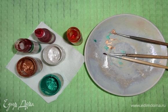 Подготовить краски и кисточки для расписывания яиц. Я использовала акриловые краски 3-х цветов — изумрудную, жемчужную и золотую. Также я использовала пищевые гелевые красители. Ими можно расписывать вареные яйца белого цвета или тонировать сверху по акриловым краскам.