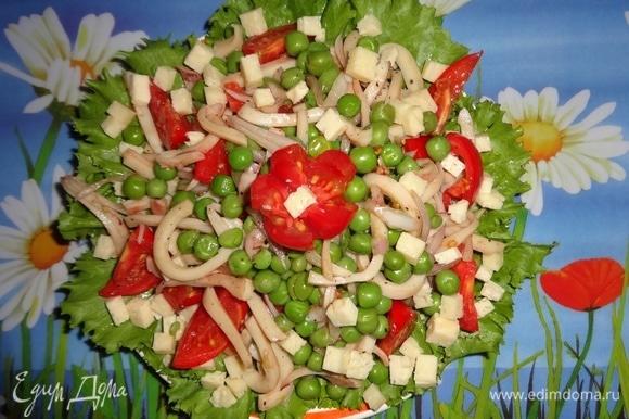 Блюдо застелить салатными листьями, горкой выложить салат. Полить заправкой, украсить цветком из помидора, подать к столу. Угощайтесь, очень вкусно! Приятного аппетита!