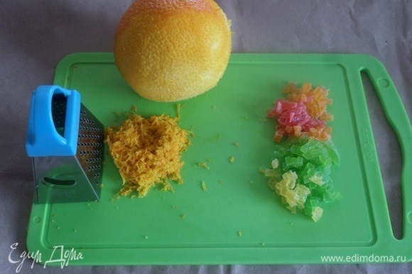 Подготовим продукты. С апельсина снимаем цедру. Мелко нарезаем цукаты.