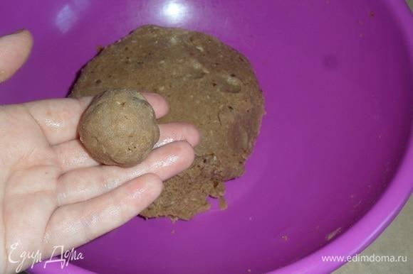 Делаем из приготовленного теста шарики, смачивая руки в воде.