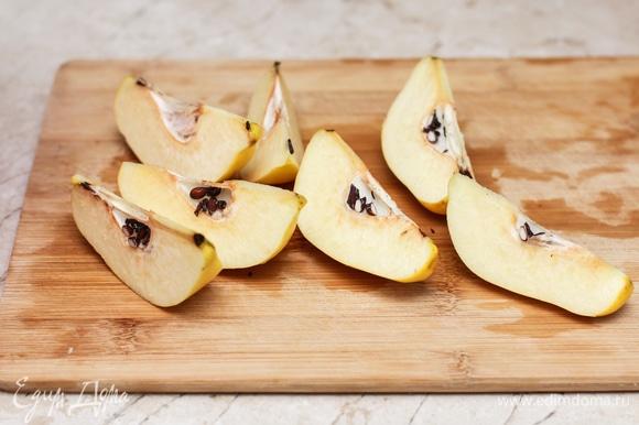 Айву хорошенько промойте. Если кожура толстая и грубая, то снимите ее. Если тонкая и чистая, то оставьте. Разрежьте на дольки. Удалите сердцевину и семена.