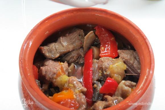 Закладываем мясо и фасоль в горшочки. У меня было два варианта. Вариант №1. В горшочек выкладываем немного мяса с овощами, далее на мясо выкладываем слой фасоли, на фасоль опять выкладываем мясо с овощами. Получается как бы фасолевая прослойка. Вариант №2. Фасоль добавляем в сковороду к мясу и овощам, перемешиваем, а потом выкладываем в горшочек. Оба варианта очень вкусны.