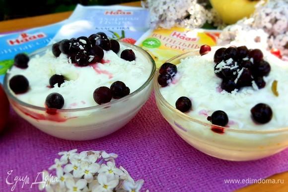 Когда мороженое будет готово, украшаем смородиной и кокосовой стружкой. Приятного аппетита.