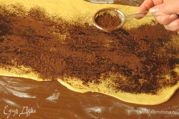 Посыпаем, отступив от края 1 см, смесью какао и корицы.
