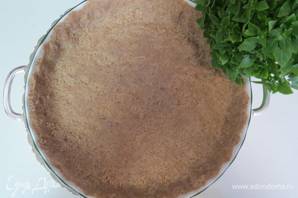 Выложить тесто в смазанную маслом форму (у меня диаметром 24 см), сделать бортики. Поставить форму с тестом в разогретую до 180°C духовку. Выпекать в течение 10 минут.
