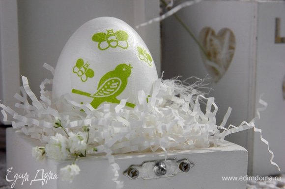 Я старалась, чтобы каждое яйцо у меня получилось с разным сюжетом. Птичка и шмели, цыплята и цветочки, влюбленные зайчата и т.д.