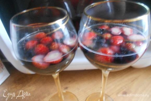 Клубнику нарезать на половинки (если она крупная). В два высоких бокала выложить равномерно чернику и клубнику. Залить их приготовленным желе до половины бокала.
