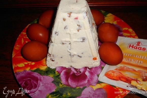 Сверху прикрыть краями марли, выложить под гнет и оставить в холодильнике не меньше, чем на 12 часов, для стекания сыворотки. Перевернуть пасху на блюдо, украсить можно по своему желанию.