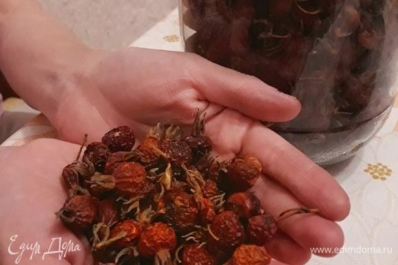 Ошпариваем кипятком термос и всыпаем 4–5 столовых ложек сушеных ягод шиповника.