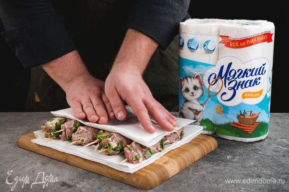 Замаринованное мясо насадите на деревянные шампуры и промокните бумажным полотенцем ТМ «Мягкий знак» остатки маринада.
