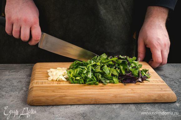 Измельчите подготовленную зелень и чеснок.