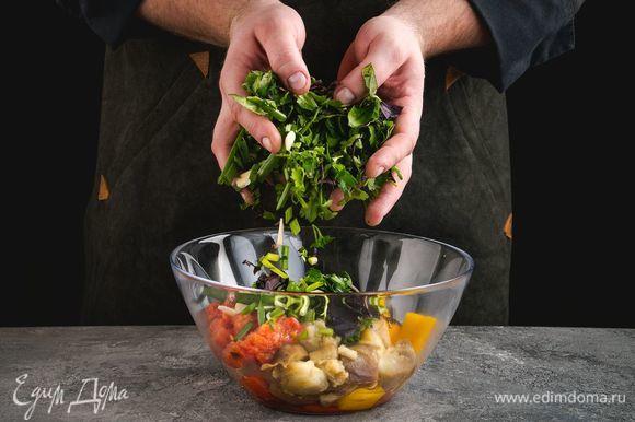 Все овощи нарежьте крупными кусочками, переложите в большую чашу, добавьте рубленую зелень и чеснок.