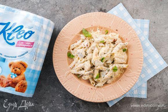 Настоящая итальянская паста готова, можно подавать к столу, посыпав ее тертым сыром и украсив листиками базилика. Для такого блюда нужно создать правильную атмосферу, и в этом нам помогут салфетки Kleo. Застелите стол скатертью, выложите салфетки Kleo, а сверху поставьте тарелки с аппетитной пастой. Можно зажечь свечи и устроить романтический ужин, а можно таким образом оформить семейный обед — выбор за вами. Приятного аппетита!