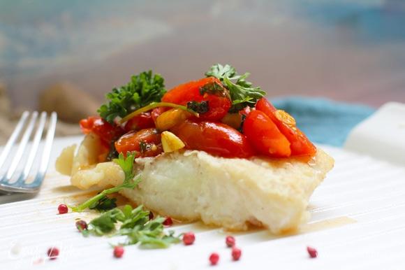 Готовую рыбу полейте соусом и подавайте.