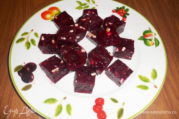 Выложить кубики мармелада на тарелку.