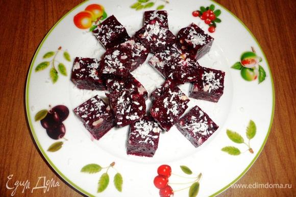 Затем посыпать или обвалять кубики мармелада в кокосовой стружке.