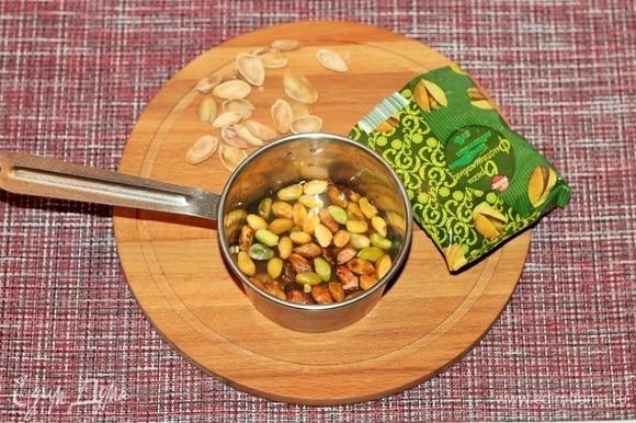 Обжарьте фисташки на сухой сковороде. Пересыпьте орехи в маленький сотейник, влейте столько воды, чтобы ее уровень был на 1 см выше уровня фисташек. Поставьте сотейник на огонь и варите до мягкости орехов, ~ 20–30 минут.