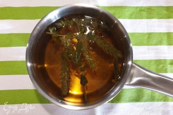 Доводим на плите до кипения, уменьшаем огонь и томим 5-6 минут. Затем снимаем кастрюлю с плиты, добавляем мед и хорошо перемешиваем чай, настаиваем еще 10 минут.