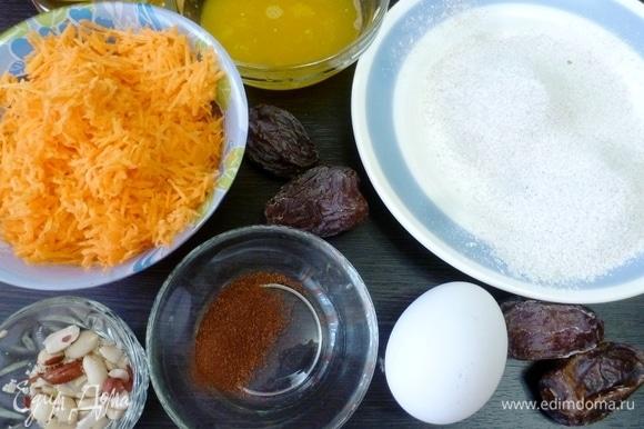 Подготовить ингредиенты для печенья. Муку ржаную и овсяную просеять. Большую морковь натереть на мелкой терке. Чтобы печенье получилось вкусным, возьмите сладкую морковку.